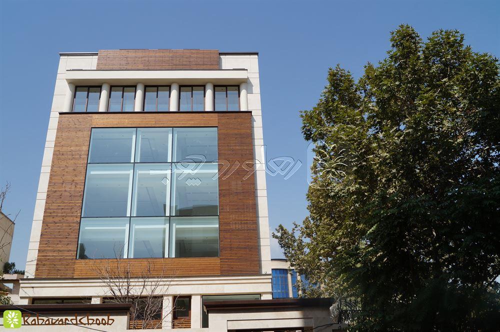 ترموود کار شده در دو رنگ در نمای ساختمان