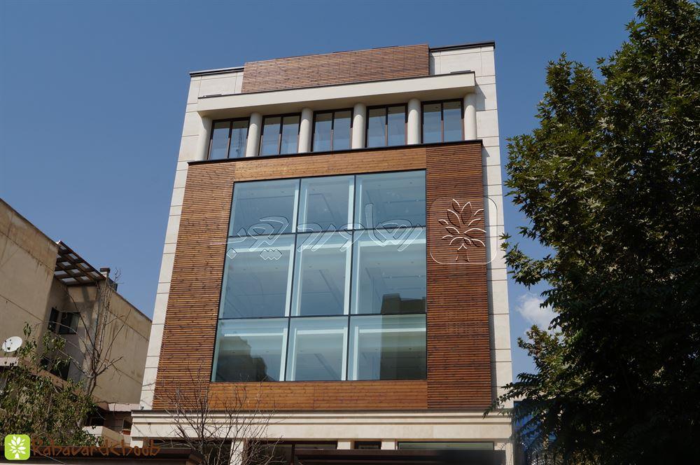 چوب ترمو کار شده در دو رنگ در نمای ساختمان