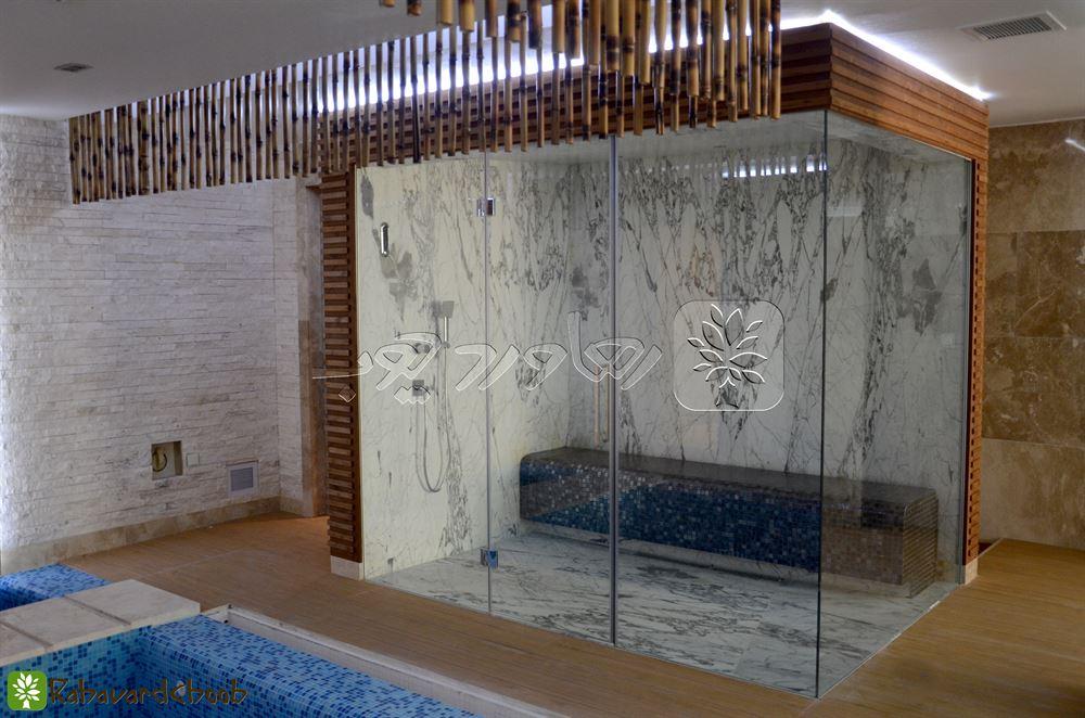 ترمووود در استخر کنار شیشه