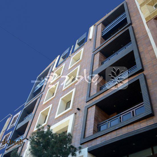 نمای چوبی و دکینگ استخر و لابی آپارتمان مسکونی