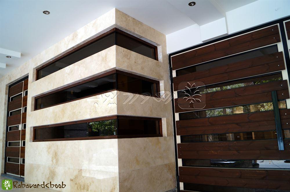اجرای چوب ترمو در محل ورودی ساختمان