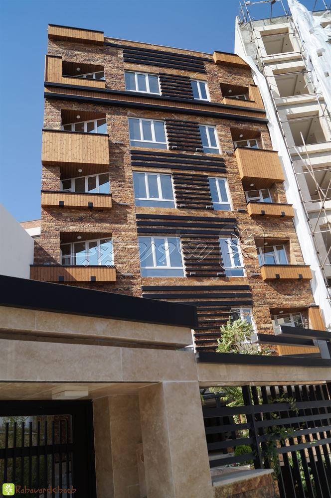 ترمووود در نمای بیرونی ساختمان