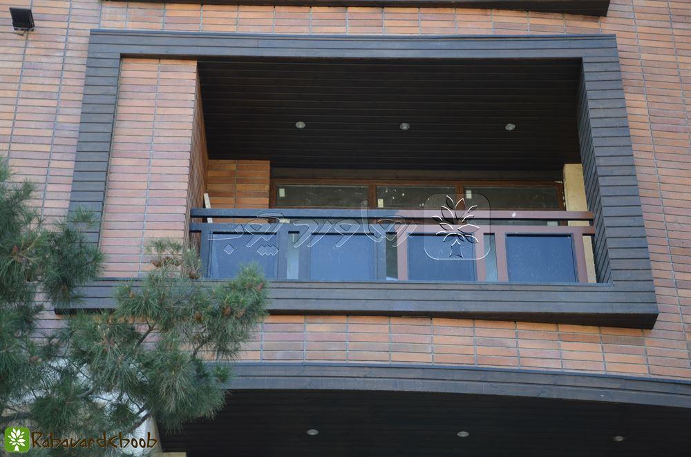 استفاده از ترموود رنگ تیره در ساختمان بزرگ