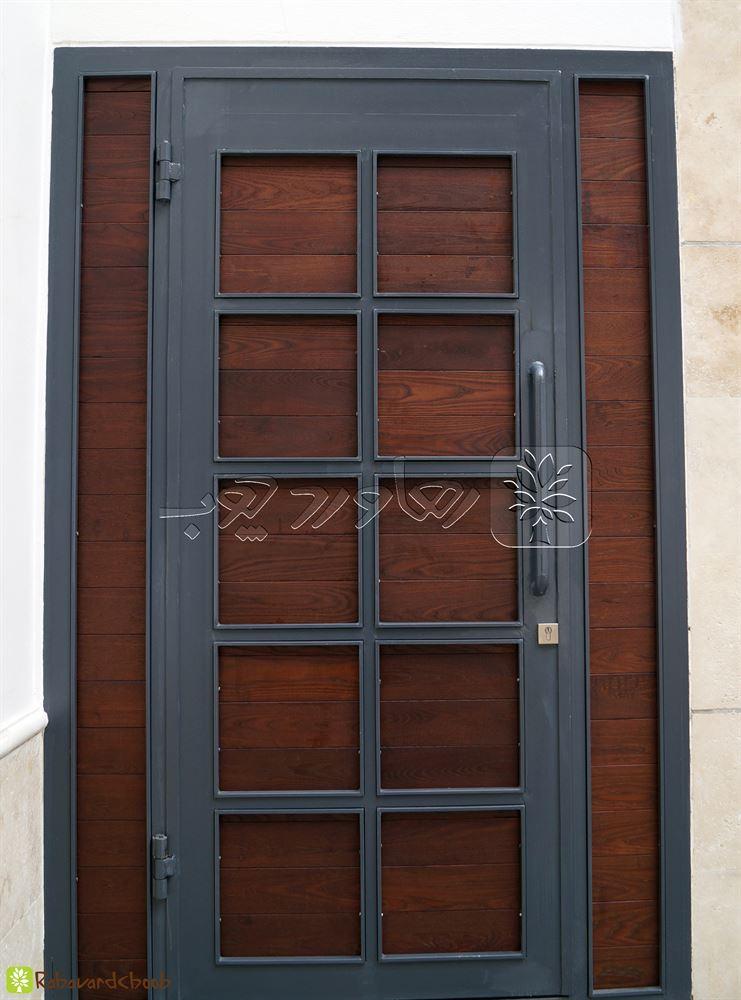 ترمو وود کار شده در درب ورودی